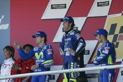 Sur le podium : Le vainqueur Valentino Rossi, Yamaha, le deuxième, Sete Gibernau, Honda, le troisième, Marco Melandri, Honda