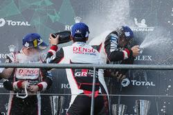 Podium: racewinnaars #8 Toyota Gazoo Racing Toyota TS050: Sébastien Buemi, Kazuki Nakajima, Fernando Alonso, vieren met champagne