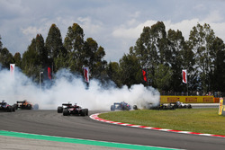 Авария: Ромен Грожан, Haas F1 Team VF-18, Нико Хюлькенберг, Renault Sport F1 Team RS18, и Пьер Гасли, Toro Rosso STR13
