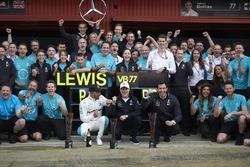 Гонщики Mercedes AMG F1 Льюис Хэмилтон и Валттери Боттас, руководитель команды Тото Вольф