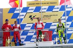 Podio: il vincitore Max Biaggi, il secondo classificato Carlos Checa, il terzo classificato Valentino Rossi
