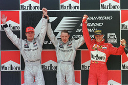 Podio: il vincitore della gara Mika Hakkinen, McLaren, il secondo classificato David Coulthard, McLaren, il terzo classificato Michael Schumacher, Ferrari