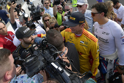 Ryan Hunter-Reay, Andretti Autosport Honda, Graham Rahal, Rahal Letterman Lanigan Racing Honda consola James Hinchcliffe, Schmidt Peterson Motorsports Honda después de no clasificarse para la carrera de 500 millas de Indianápolis