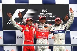Подиум: второе место – Фелипе Масса, Ferrari; победитель гонки Льюис Хэмилтон, McLaren; третье место – Ник Хайдфельд, BMW Sauber F1
