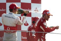 Подиум: второе место – Дженсон Баттон, McLaren MP4-25 Mercedes, победитель гонки Фернандо Алонсо, Ferrari F10, третье место – Фелипе Масса, Ferrari F10
