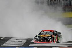 Yarış galibi Jamie McMurray, Ganassi Racing Chevrolet kutlama yapıyor