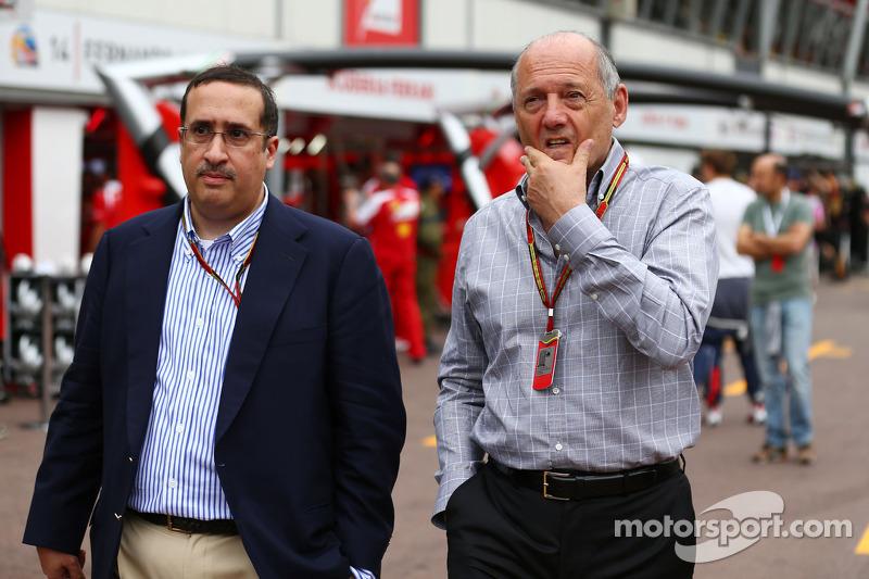 Ron Dennis, presidente ejecutivo de McLaren, con el jeque Mohammed bin Essa Al Khalifa, Director Gen