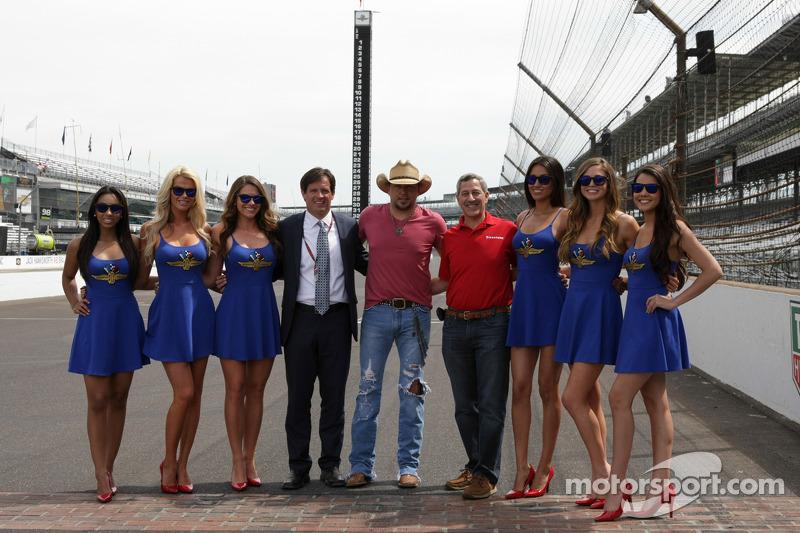 Jason Aldean con le belle ragazze IMS