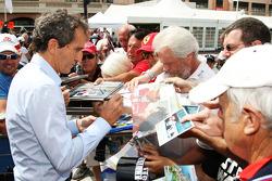 Alain Prost, firma de autógrafos para los fans