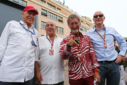 (Da sinistra a destra): Peter Brabeck-Letmathe, Presidente Formula One con Sir Philip Green, Arcadia Group CEO; Eddie Jordan, BBC Television Esperto, e Donald Mackenzie, CVC Capital Partners Managing Partner, Co-direttore di Global Investments