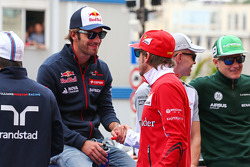 (Esquerda para direita): Jean-Eric Vergne, Scuderia Toro Rosso, e Fernando Alonso, Ferrari, no desfile de pilotos