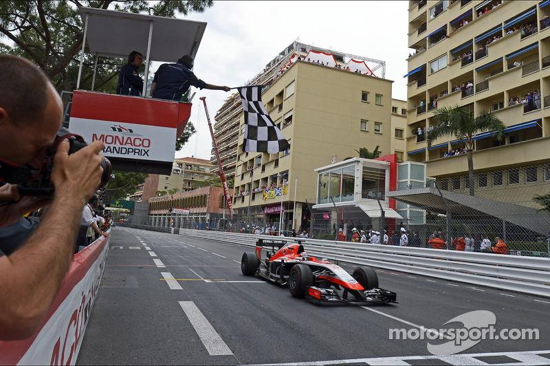 玛鲁西亚F1车队MR03赛车车手朱尔斯·比安奇通过黑白格子旗,赢得车队的第一个积分
