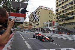 Jules Bianchi del Marussia F1 recibe la bandera a cuadros al final de la carrera para apuntarse los primeros puntos del equipo en F1.