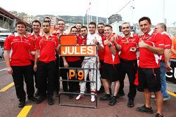 Jules Bianchi, Marussia F1 Team celebra sus primeros puntos de F1 del equipo con su tripulación de equipo