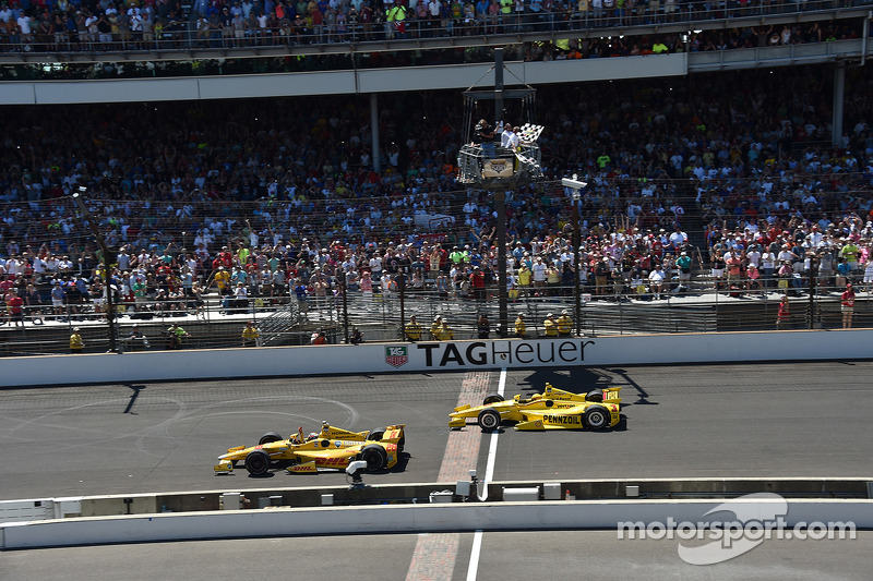 Ryan Hunter-Reay wint voor Helio Castroneves