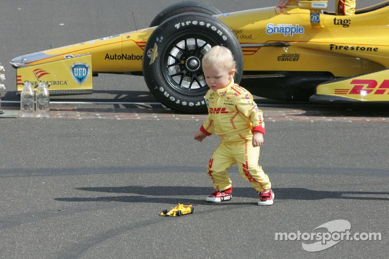 Il giovane Ryden Hunter-Reay gioca con una replica dell'auto da gara del padre durante la foto dei vincitori
