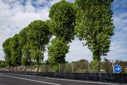 Tertre Rouge的新造型,在这里Allan Simonsen在2013年发生撞车: 新的轮胎墙,重新固定之后的护墙和表面