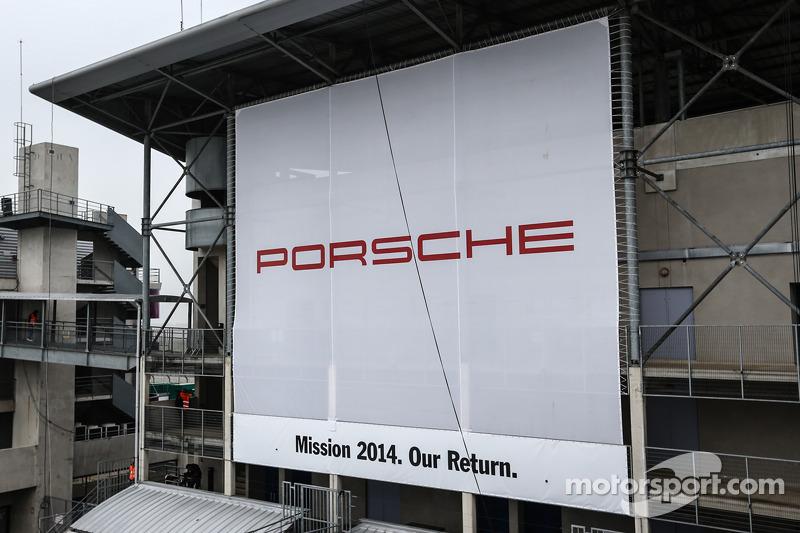 Enorme banner pubblicitari per Porsche che domina la zona paddock