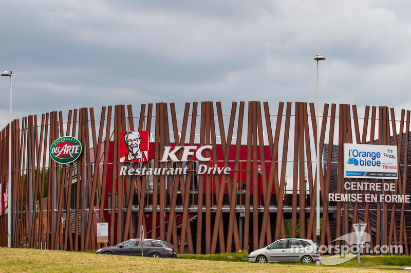 A new KFC restaurant on the Humaudières Straight, right next to a fitness center
