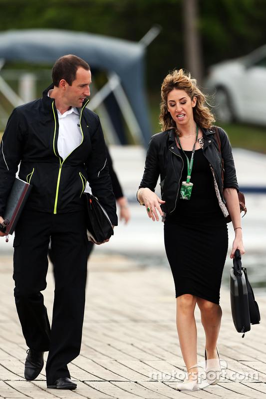 Pessoal da F1 entra na pista