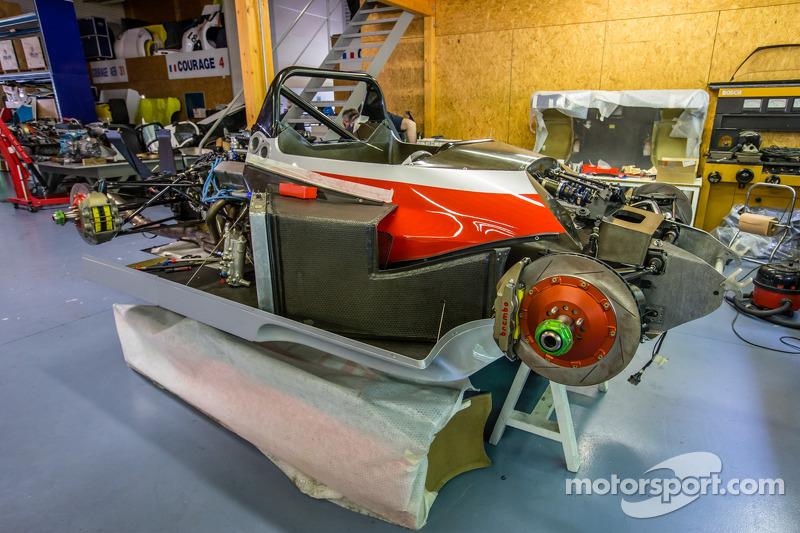 Courage Compétition: diverse auto in restauro