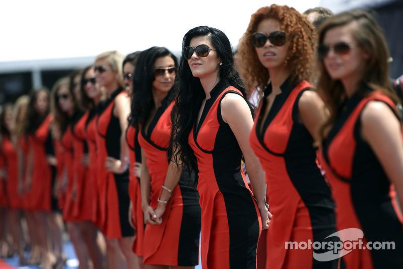 Grid kızları pilot geçiş töreninde