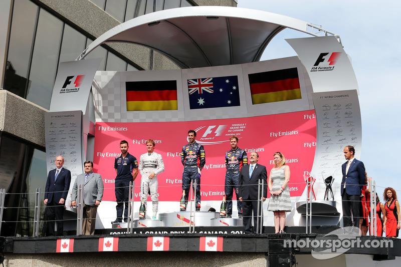 Daniel Ricciardo, Nico Rosberg ve Sebastian Vettel podyumda