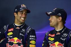 (Soldan Sağa): Yarış galibi Daniel Ricciardo, Red Bull Racing ve takım arkadaşı Sebastian Vettel, Red Bull Racing yarış sonrası Basın Konferansı'nda