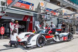 Prática de pit stop para #2 Audi Sport Team Joest Audi R18 e-tron Quattro: Marcel Fässler, André Lot
