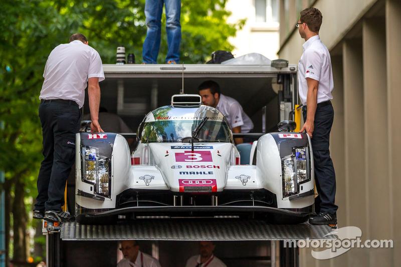 #3 Audi Sport Team Joest Audi R18 E-Tron Quattro deixando o caminhão de transporte