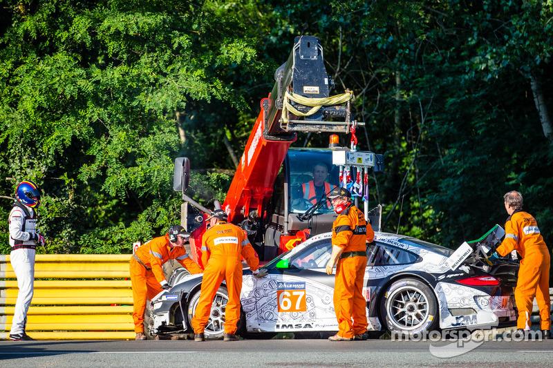 Kaza yapan: #67 IMSA Performance Matmut Porsche 911 GT3 RSR (997): Erik Marris araçtan çıkıyor