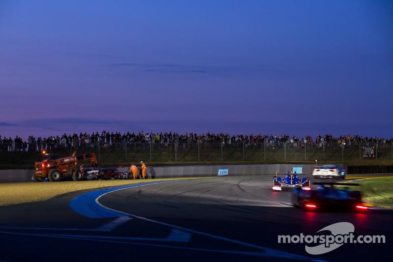 #37 SMP Racing Oreca 03 - Nissan: Kirill Ladygin, Nicolas Minassian, Maurizio Mediani bate na entrada da curva Porsche, durante o treino de quarta-feira