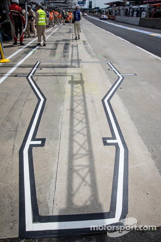 Área de Pit para o #0 Nissan Motorsports global Nissan Zeod RC