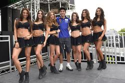 Valentino Rossi, con le ragazze nel paddock