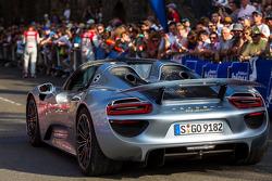 Porsche 918 Spyder bespioneert twee Audi-coureurs