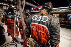 Audi Sport Team Joest componenti della squadra pronti per un pit stop