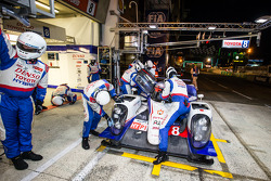 Pit stop para o #8 Toyota Racing Toyota TS 040 - Híbrido: Anthony Davidson, Nicolas Lapierre, Sébastien Buemi