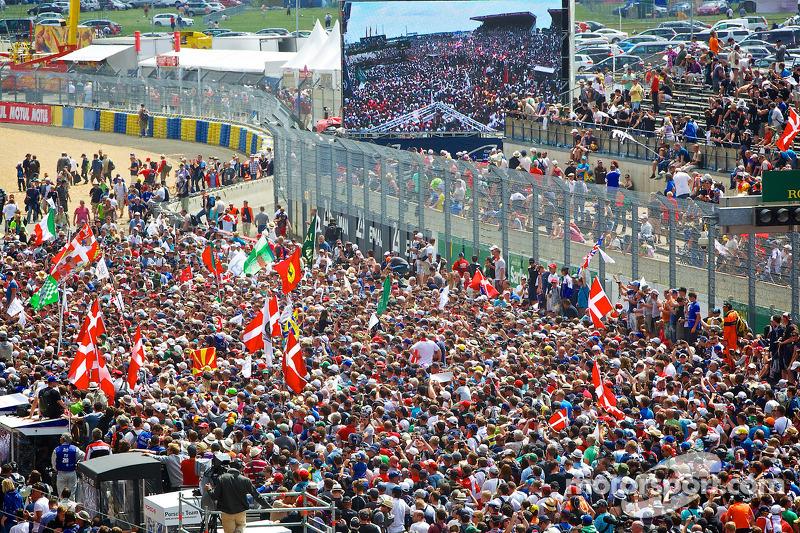 Spettatori sul rettilineo davanti al podio dei vincitori