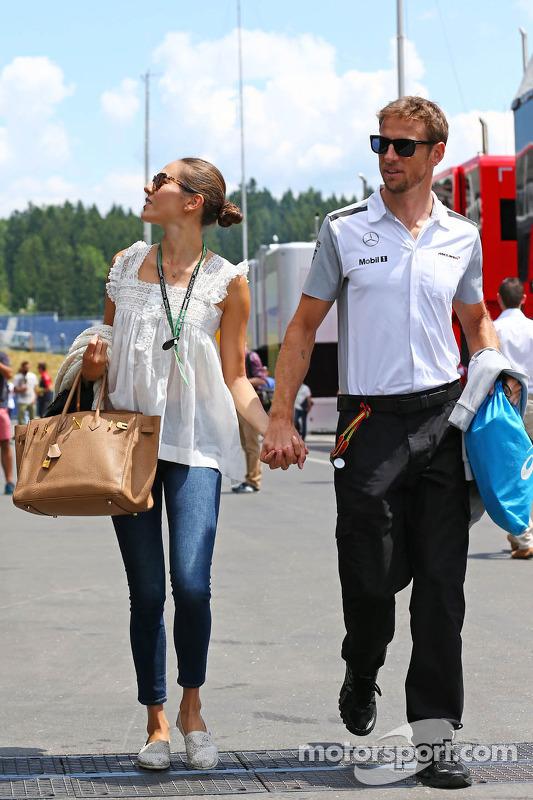 Jenson Button, McLaren con la sua fidanzata Jessica Michibata