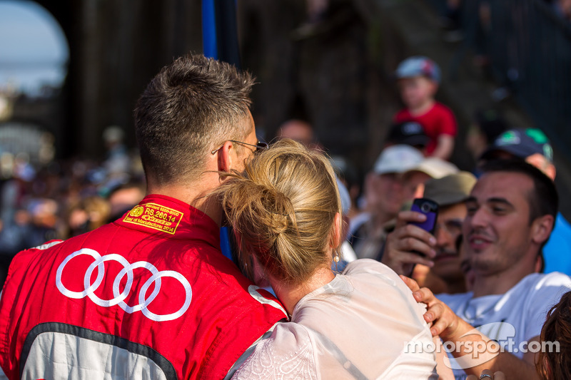 Fan getting her picture taken with Andre Lotterer