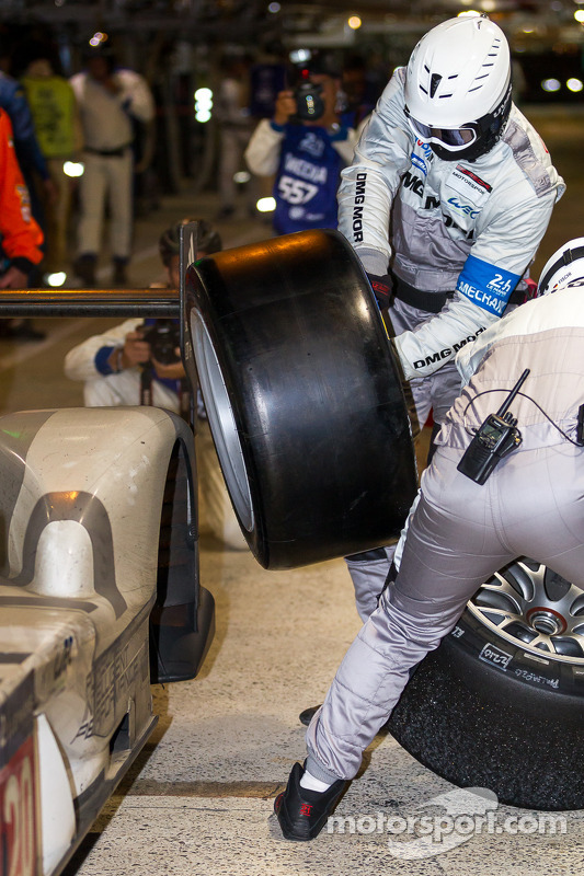 Porsche equipe de pit trocando pneus