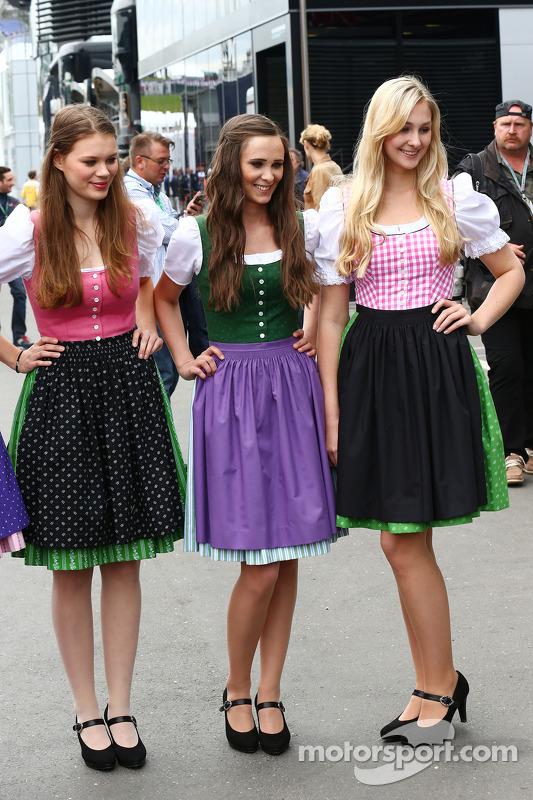 Kızlar yerel kıyafetle