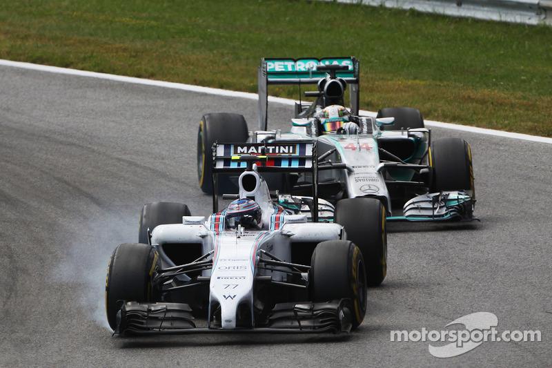 Valtteri Bottas, Williams FW36blocca le ruote in frenata davanti a Lewis Hamilton, Mercedes AMG F1 W