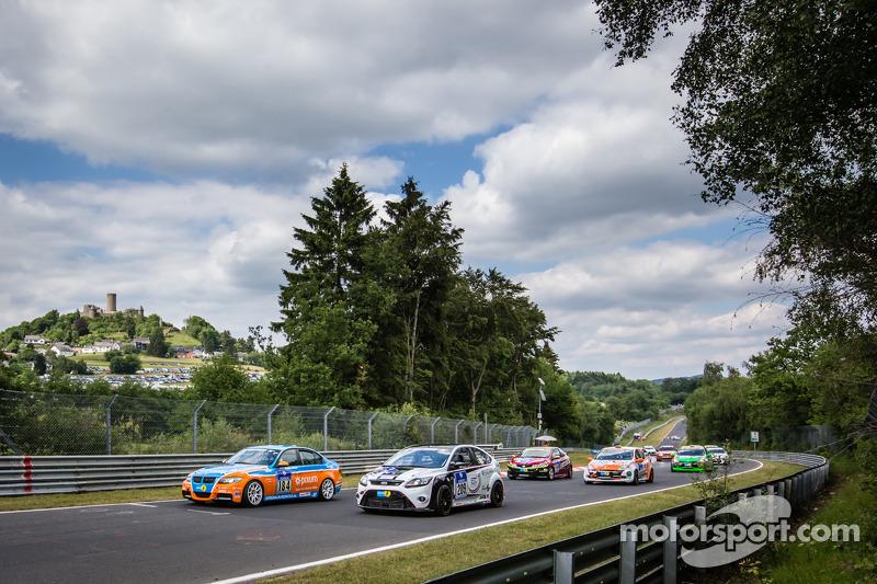 Via: #184 Adrenalin Motorsport BMW E90 325i: Matthias Unger, Christian Konnerth, Timo Schupp e #209 Ford Focus RS: Ralph Caba, Oliver Sprungmann, Volker Lange, Henning Cramer