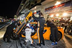 Pit stop para o #69 Dörr Motorsport McLaren MP4-12C: Arno Klasen, Rudi Adams, Alvaro Parente, Sebastian Asch