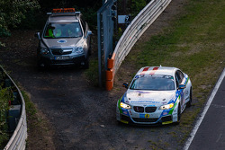 #305 Medilikke Motorsport 宝马 M235i Racing: Michael Hollerweger, 吉拉德·费舍尔, 迈克尔·费舍尔 stopped on track