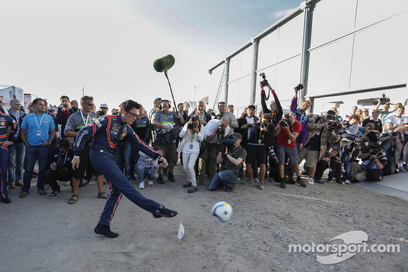 Thierry Neuville gioca a calcio
