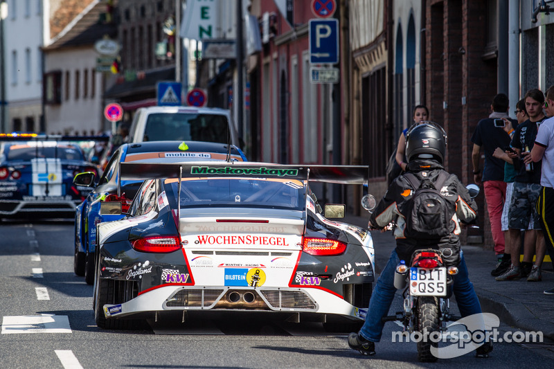 #11 Wochenspiegel Team Manthey Porsche 911 GT3 RSR no trânsito de Adenau