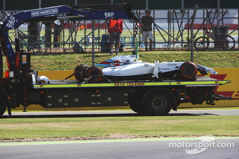 La Williams FW36 di Felipe Massa, Williams viene portata di nuovo ai box sul retro di un camion dopo