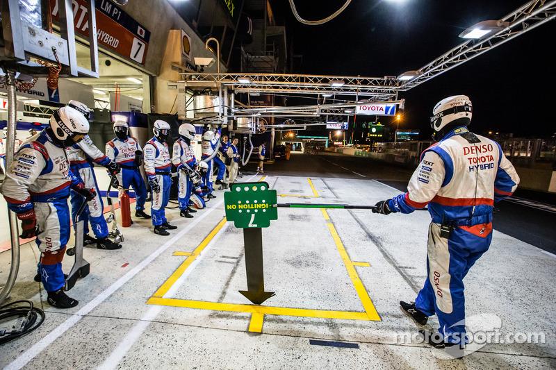 I membri del team Toyota Racing aspettano  #7 Toyota Racing Toyota TS 040 - Hybrid